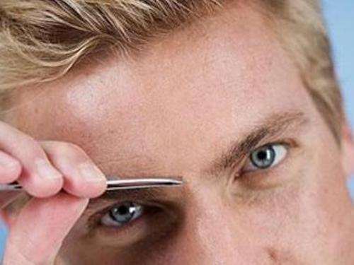 Limpieza de cejas en los hombres