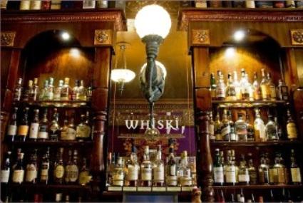 Probando el whisky escocés en Edimburgo